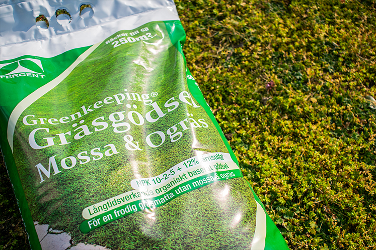 Gödsla gräsmattan med Greenkeeping Gräsgödsel Mossa & Ogräs